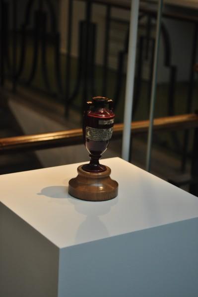 The Ashes, petite urne funéraire devenue le trophée emblématique du cricket depuis 1882 et star de la visite du Lord's.