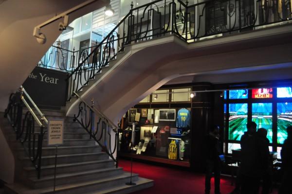 Première salle du musée. L'escalier conduit notamment aux Ashes.