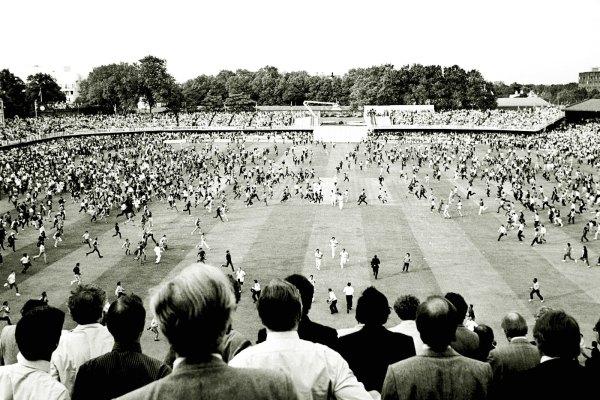 Le Lord's envahi par les fans Indiens après la victoire de l'Inde face aux West Indies en 1983 © PA Photos